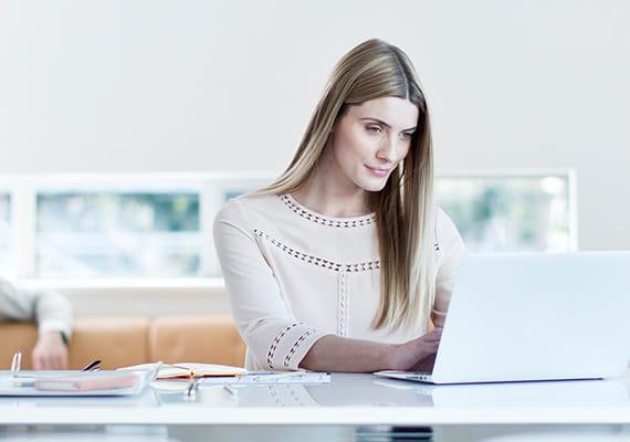 Nainen työskentelee läppärillään