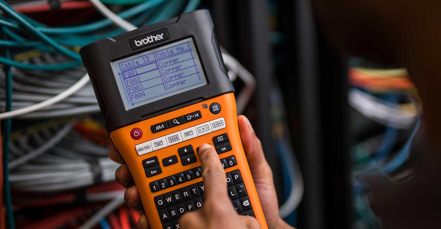 PT-E550W-tarratulostimella valitaan kaapeleiden tunnisteita.