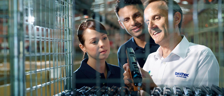 Brotherin henkilökunta katsoo kierrätykseen palautunutta laserkasettia kierrätyskeskuksessa