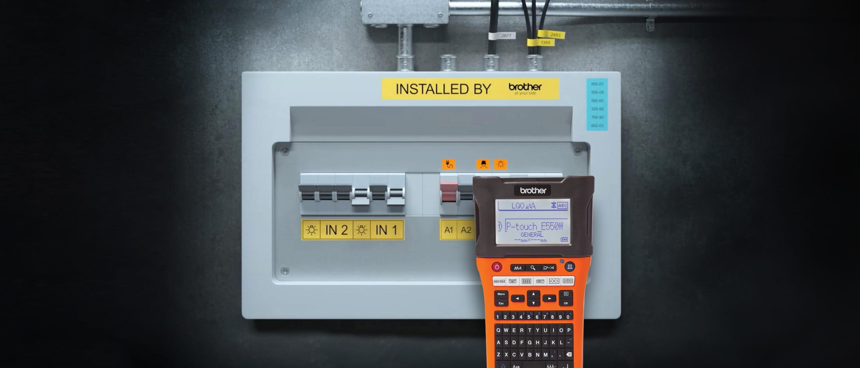 PT-E550W-tarratulostimella tulostettiiin selkeät merkinnät sulakekaappiin
