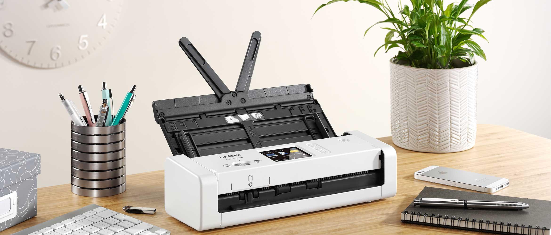 ADS-1700W skanneri työpöydällä, jossa muutkin työvälineet esillä
