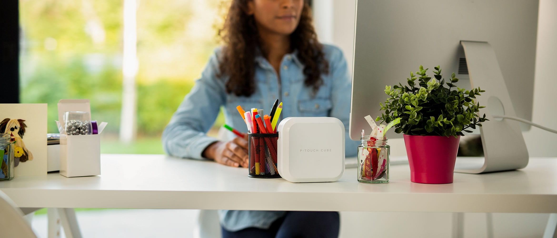 P-touch CUBE Plus -tarratulostin pöydällä