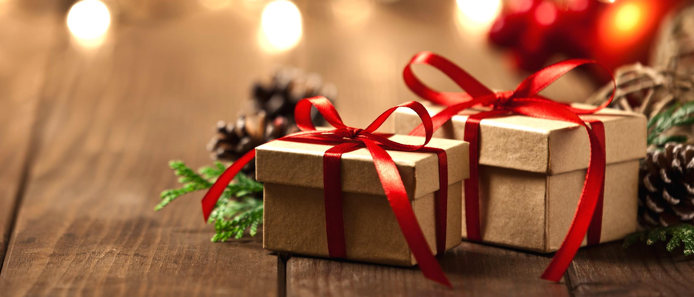 Joulupaketit on kääritty punaisella satiininauhalla