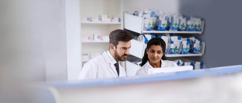 To ansatte i en samtale på et apotek