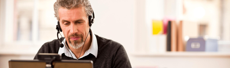 Mies ja kuulokkeet