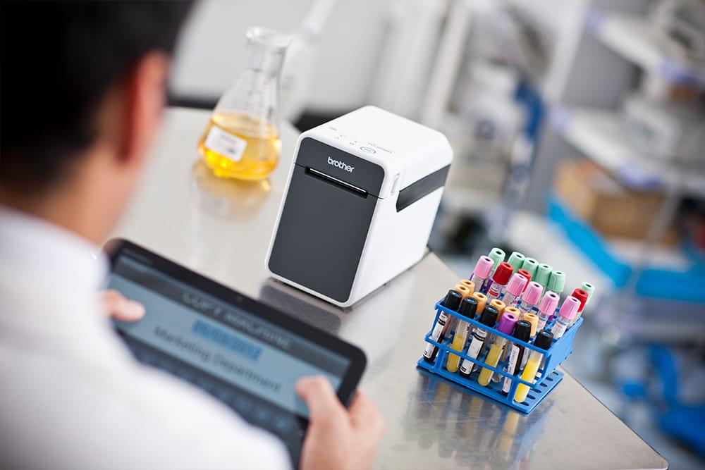 Laboratorioteknikko merkitsee näytteitä