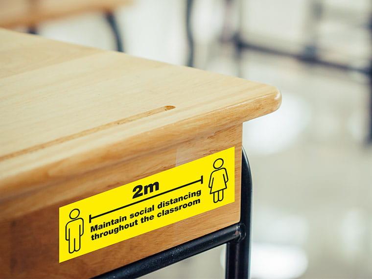 Opaste muistuttaa 2 metrin sosiaalisesta etäisyydestä