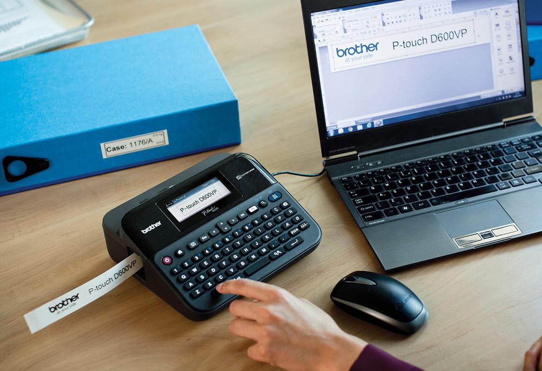 P-touch-tarratulostin on liitetty työpöydällä olevaan läppäriin