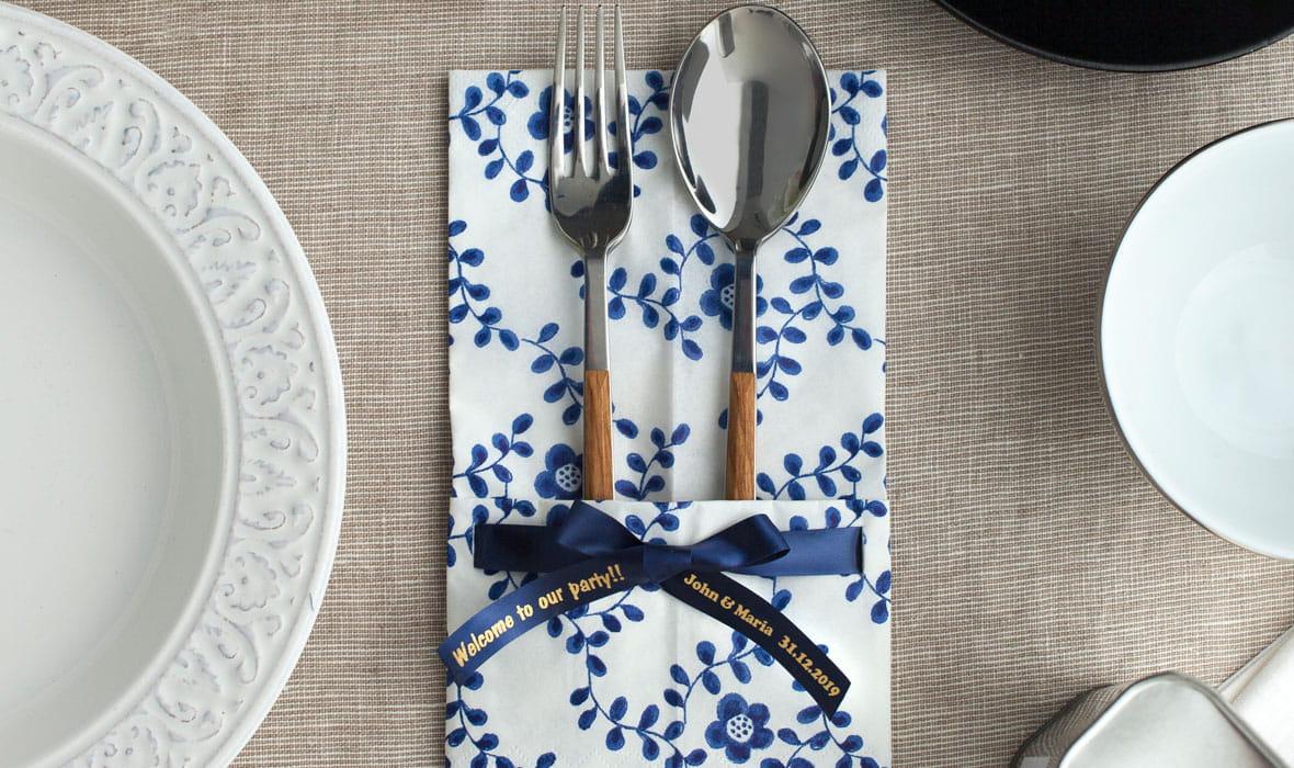 Aterimet lautasliinan sisällä ja koristeena Brotherin satiininauha, johon on tulostettu henkilökohtainen viesti