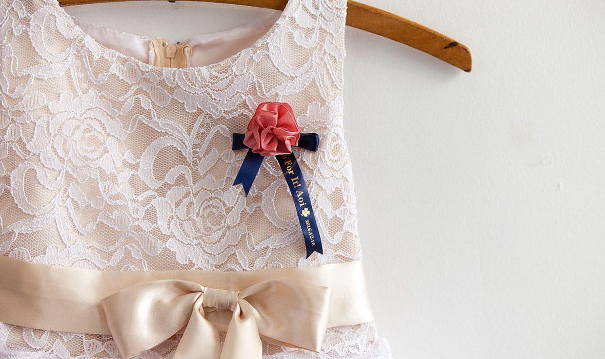 Morsiusneidon puku on koristeltu kauniilla satiininauhalla