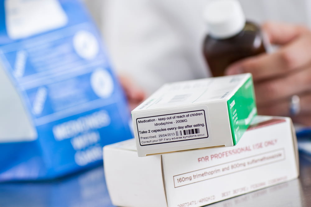 Lääkepakkaus, johon on liimattu annosohjetarra