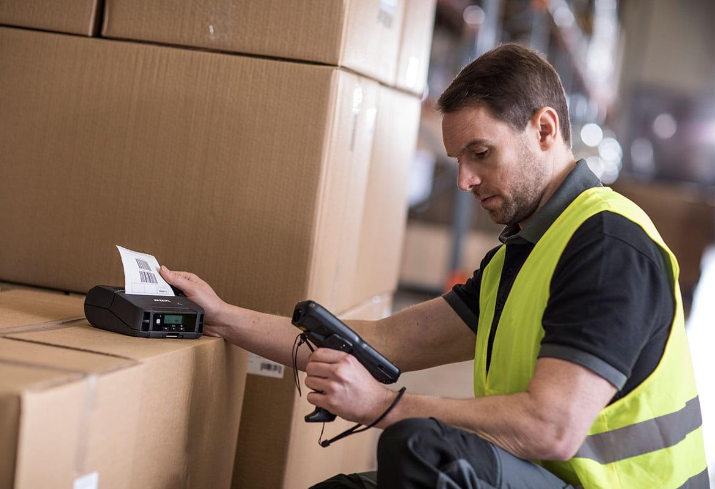 Varastomies tulostaa lähetystietoja Brotherin mobiilitulostimella