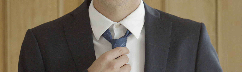 Mies, jolla on puku ja kravatti