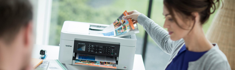Nainen ottaa tulosteen tulostimesta