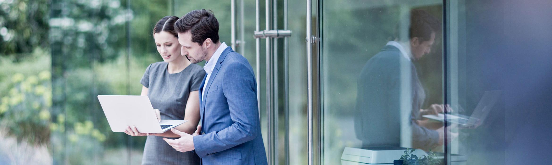 Mies ja nainen toimiston ulkopuolella