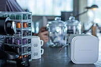 P-touch CUBE Pro (PT-P910BT) -tarratulostin sopii kompaktin kokonsa ansiosta myös kahvilaan