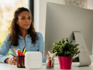 Nainen käyttää Mac-tietokonetta tulostaakseen tarroja P-touch CUBE Plus Home -tarratulostimella