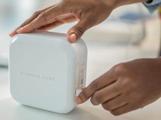 P-touch CUBE Plus Home -tarratulostinta voi ladata USB-portista tai USB-kaapelilla