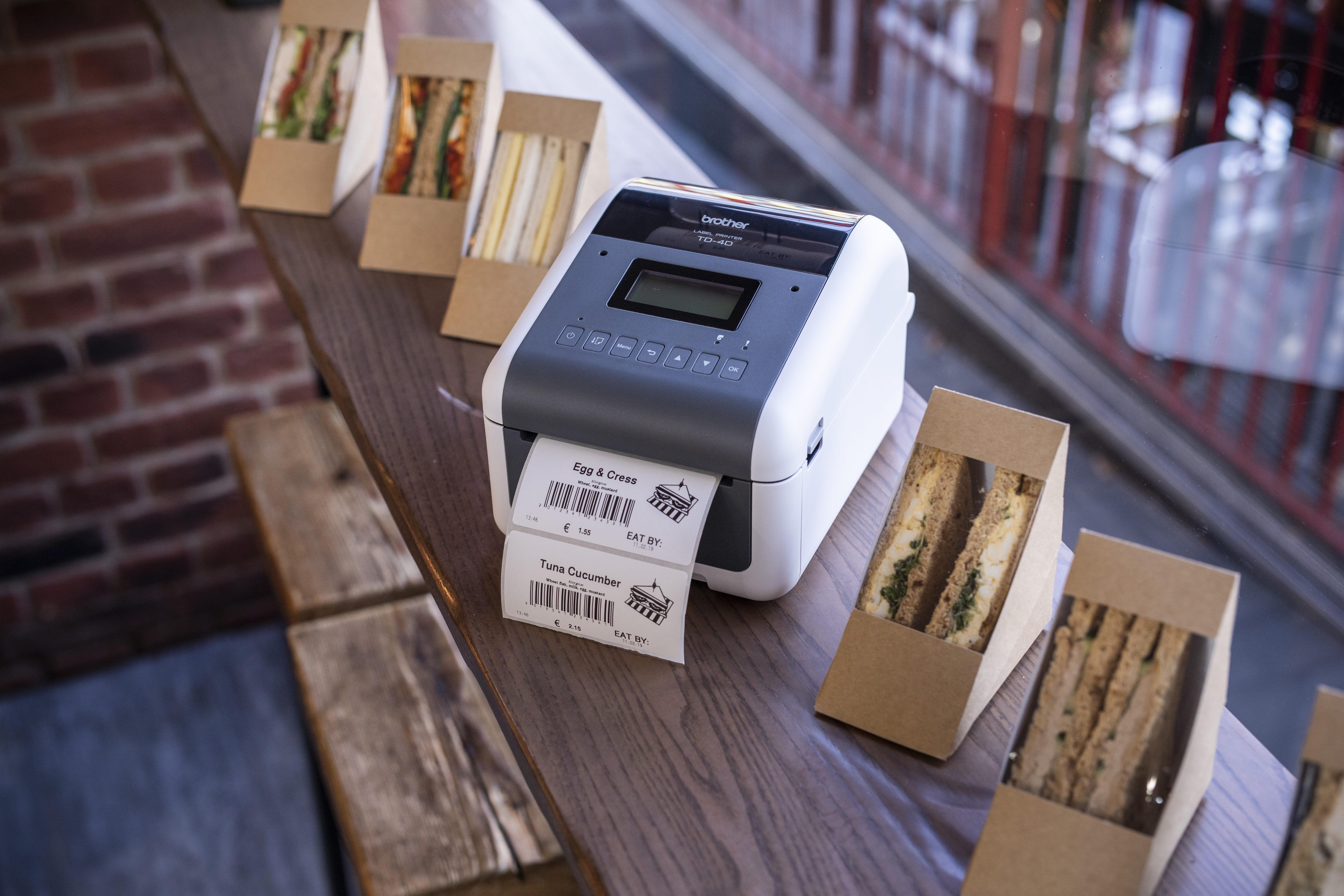 TD-etikettitulostin tulostaa merkintää voileipäpakkauksiin