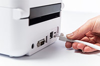 USB-kaapelia liitetään TD4550DNWB-etikettitulostimen taakse