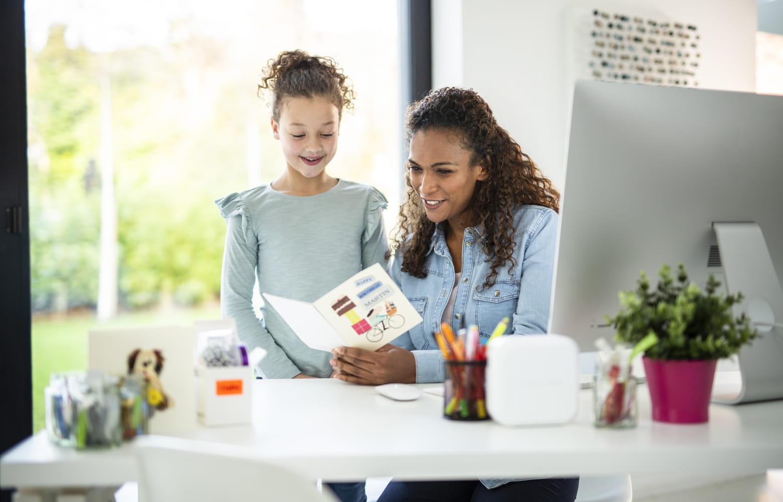 Äiti, tytär ja P-touch Cube tarratulostin