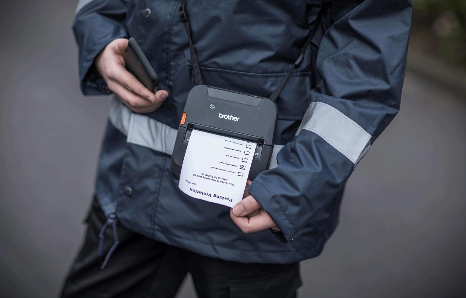 Pysäkönninvalvoja tulostaa sakkolappua Brotherin mobiilitulostimella