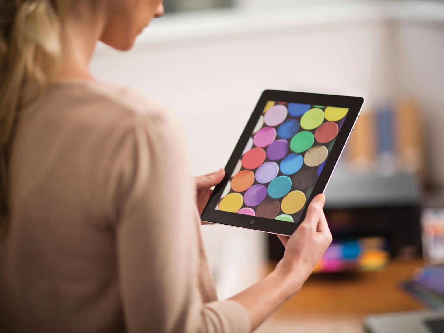 Nainen tulostaa langattomasti Applen tabletista