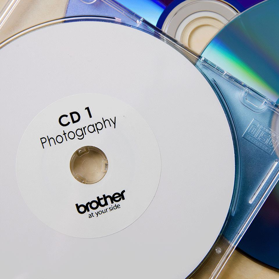 Brotherin alkuperäinen DK11207-rullatarra CD/DVD-levyjen merkintään - Musta/valkoinen, 58 mm 2