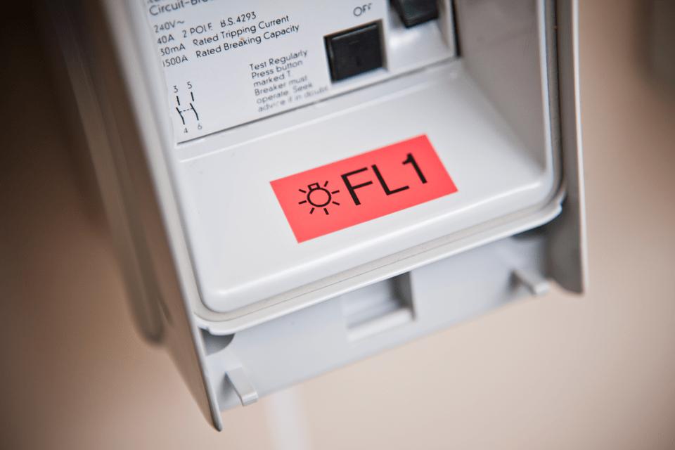 Alkuperäinen Brother TZe451 -tarranauha – musta teksti punaisella pohjalla, 24 mm 4
