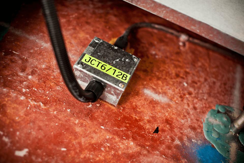 Alkuperäinen Brother TZeC31 -tarranauha – musta teksti neonkeltaisella pohjalla, 12 mm 4