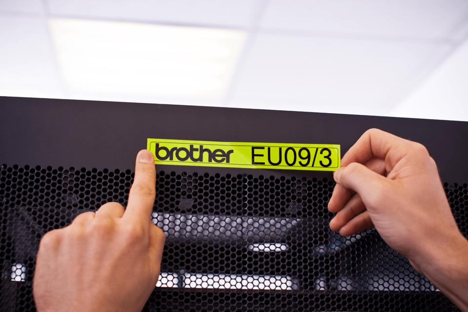 Alkuperäinen Brother TZeC51-tarranauha – musta teksti neonkeltaisella pohjalla, 24 mm 4