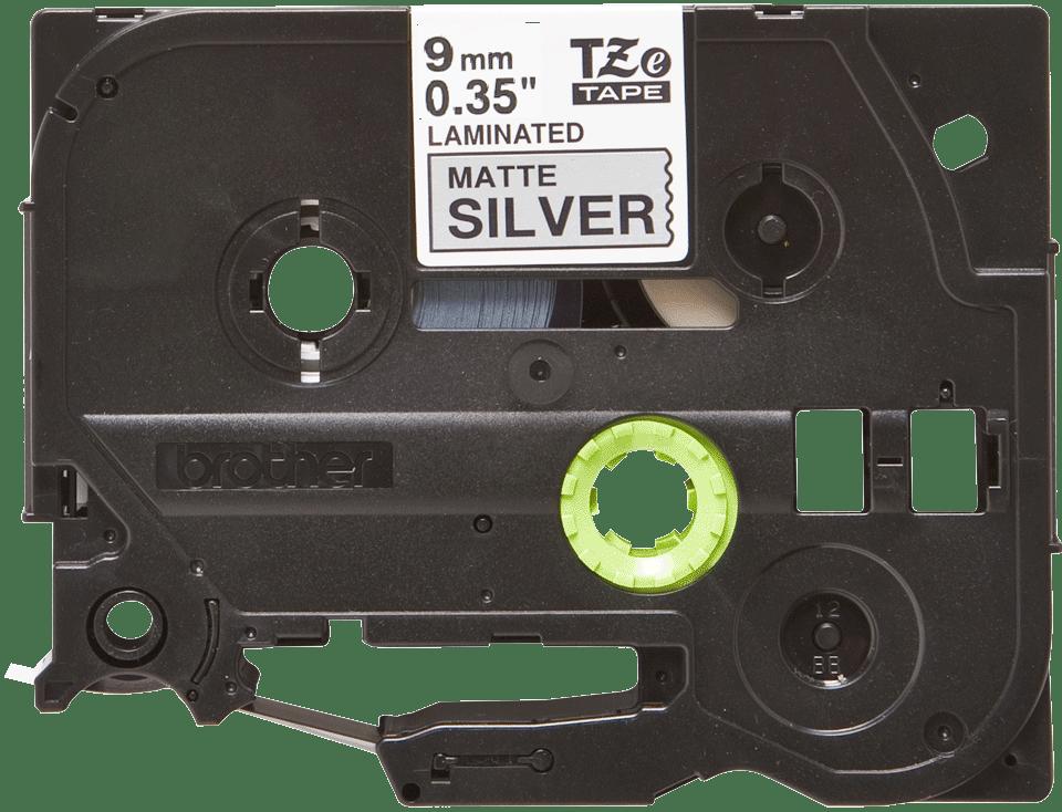 Alkuperäinen Brother TZeM921 -mattametallitarra – musta teksti mattahopealla pohjalla, 9 mm 2