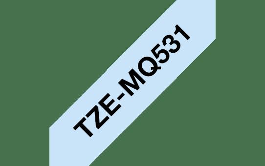 Alkuperäinen Brother TZe-MQ531 P-touch -tarranauha, leveys 12 mm, musta teksti vaaleansinisellä pohjalla.  3