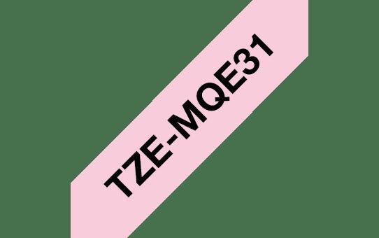 Alkuperäinen Brother TZeMQE31 -tarranauha – musta teksti vaaleanpunaisella pohjalla, leveys 12 mm 3