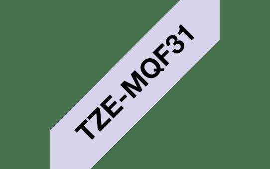 Alkuperäinen Brother TZeMQF31 -tarranauha – musta teksti vaaleanliilalla pohjalla, leveys 12 mm 3