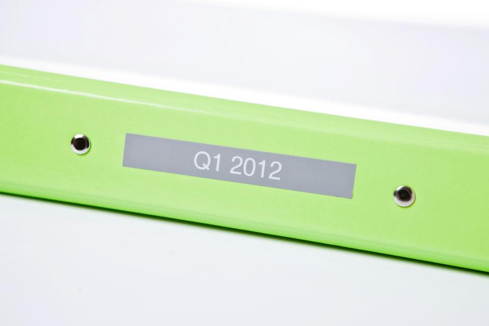 Alkuperäinen Brother TZe-MQL35 -tarranauha – valkoinen teksti harmaalla pohjalla, 12 mm.  4
