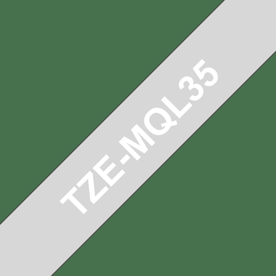 Alkuperäinen Brother TZe-MQL35 -tarranauha – valkoinen teksti harmaalla pohjalla, 12 mm.