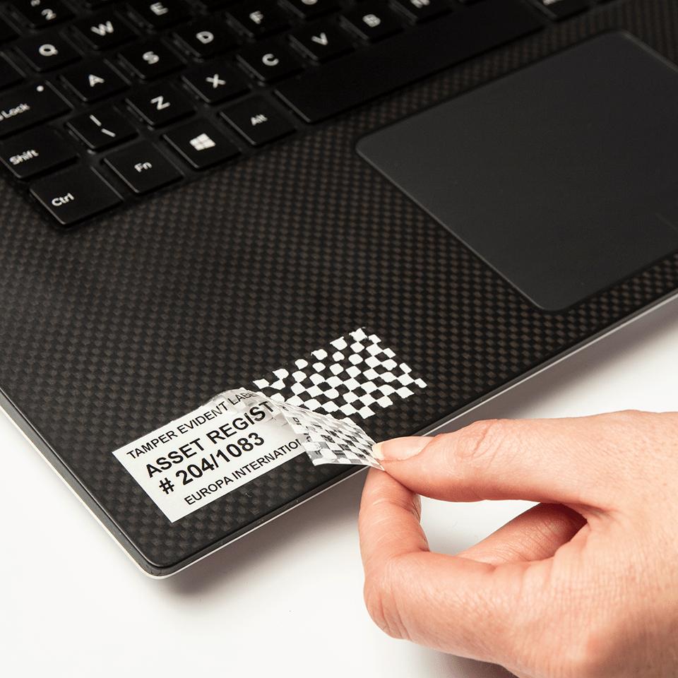 Alkuperäinen Brother TZeSE5-turvatarra – Musta teksti valkoisella pohjalla, 24 mm